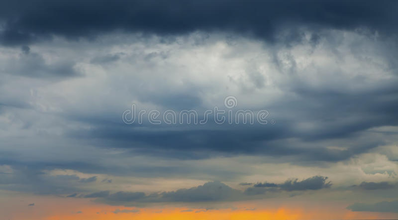 Cielo y nubes - luz del día divina azul imagenes de archivo