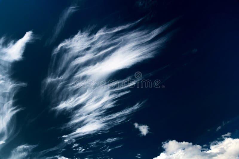 Cielo y nubes oscuros fotos de archivo