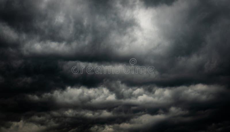 Cielo y nubes oscuros dramáticos Fondo del cielo nublado Cielo negro antes de la tempestad de truenos y de la lluvia Fondo para l foto de archivo libre de regalías