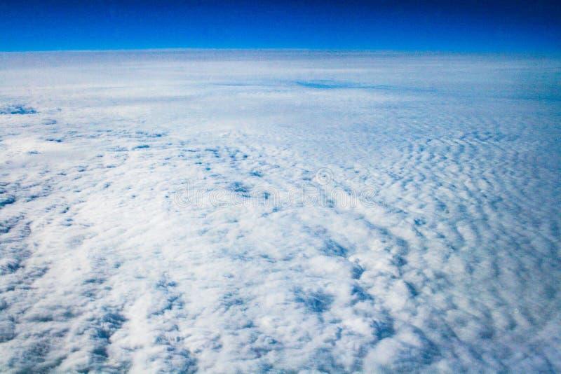 Cielo y nubes, visión desde el aeroplano imagenes de archivo