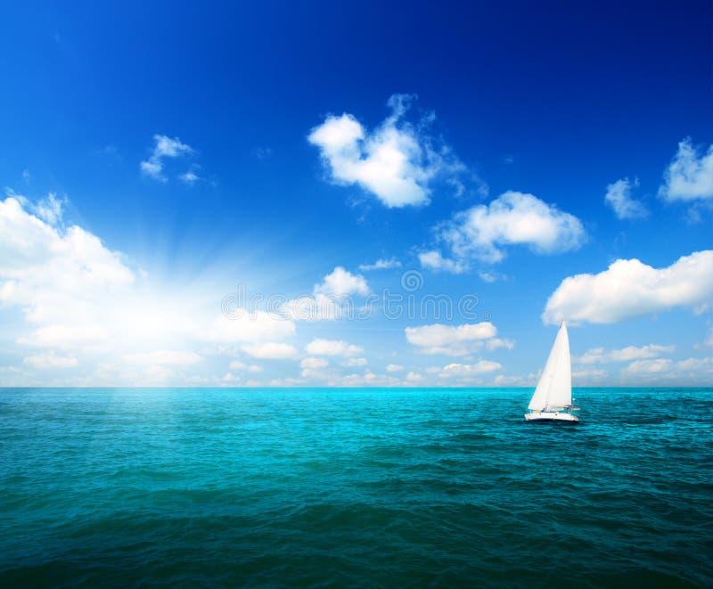 Cielo y océano del barco de vela imagen de archivo