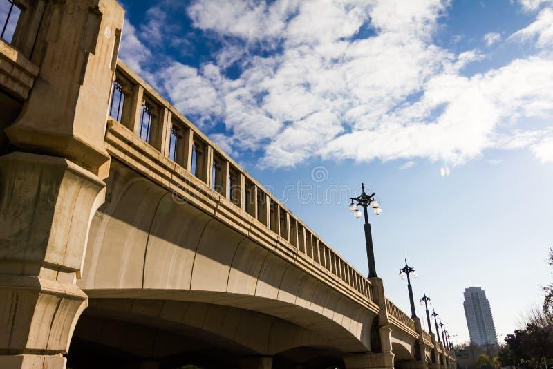 Cielo y puente en el parque público en Valencia, España fotos de archivo