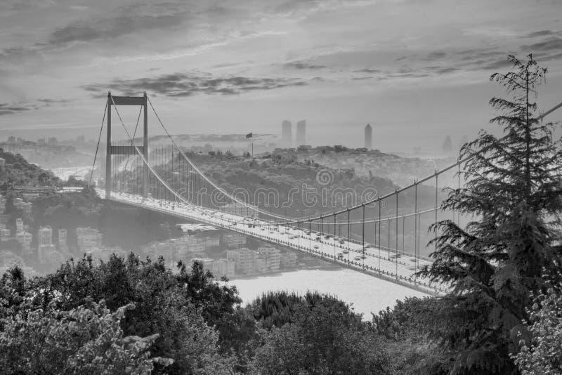Cielo y puente impresionantes de Bosphorus, Estambul imagen de archivo