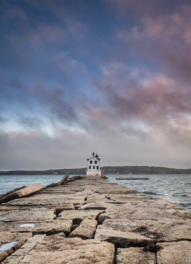 Cielo y rompeolas en la luz del rompeolas del puerto de Rockland imagenes de archivo
