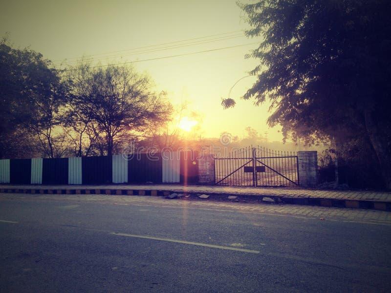 Cielo y sol hermosos durante la salida del sol - salida del sol en la India fotografía de archivo libre de regalías