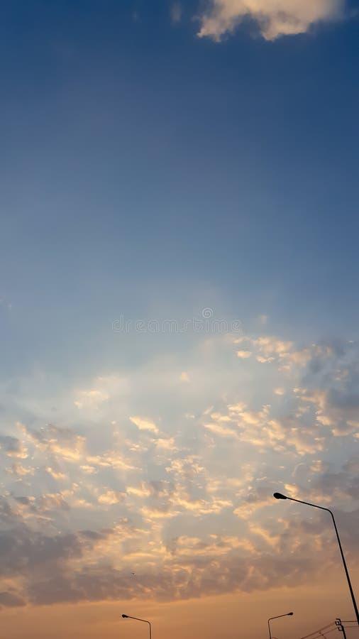 Cielo y un resplandor llameante de la puesta del sol imagenes de archivo