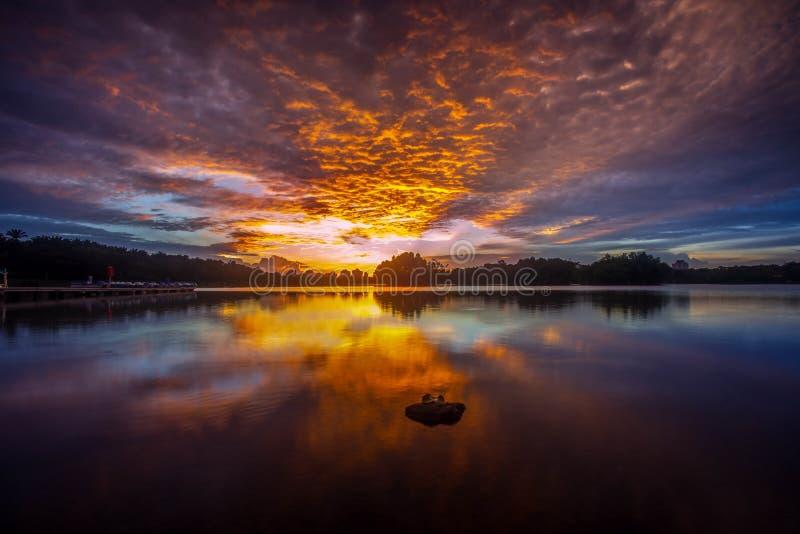 Cielos ardientes en el lago de Putrajaya imagen de archivo libre de regalías