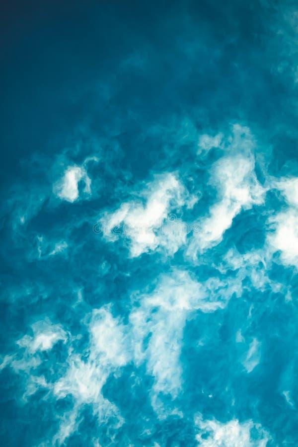 Cielos azules brillantes tempestuosos hermosos imagenes de archivo