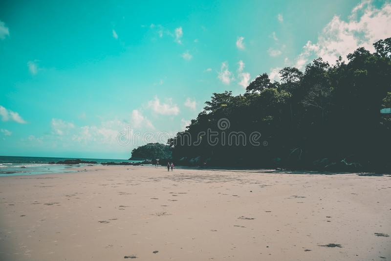 Cielos azules claros en la playa fotografía de archivo
