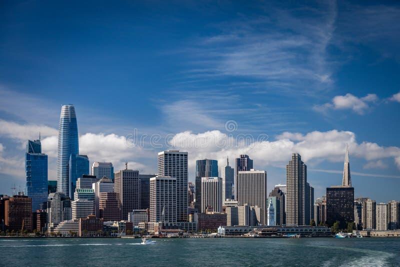 Cielos azules con las nubes wispy sobre el horizonte de San Francisco que muestra los dos edificios más famosos que miran de enfr imagen de archivo