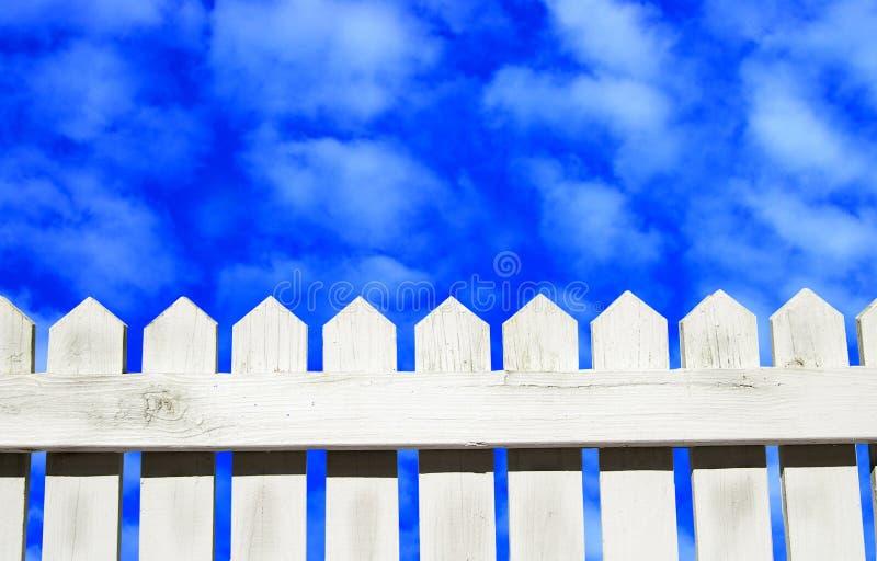 Cielos azules a continuación foto de archivo libre de regalías