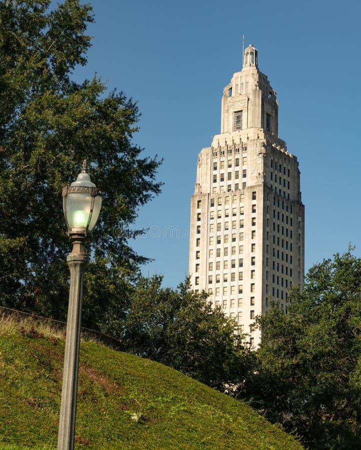Cielos azules en la Capital del Estado que construye Baton Rouge Luisiana imagenes de archivo