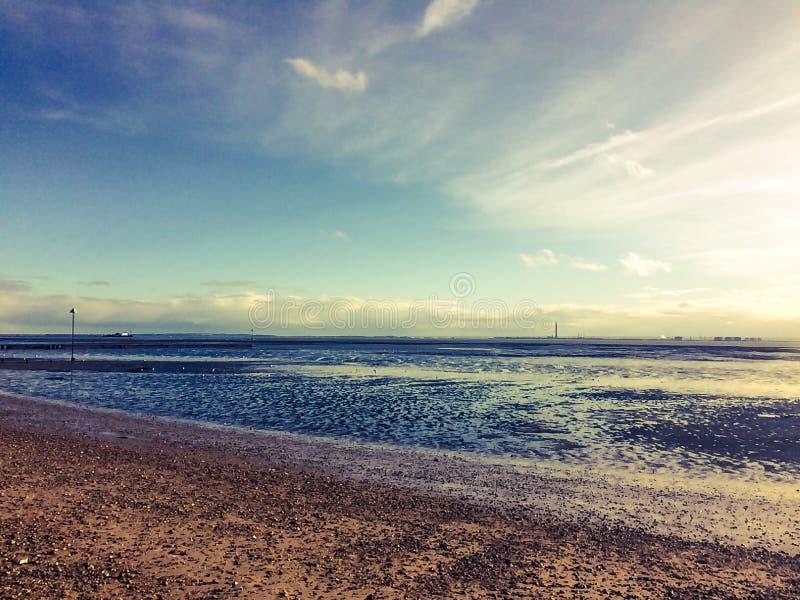 Cielos azules en la playa del oeste del acantilado imagenes de archivo