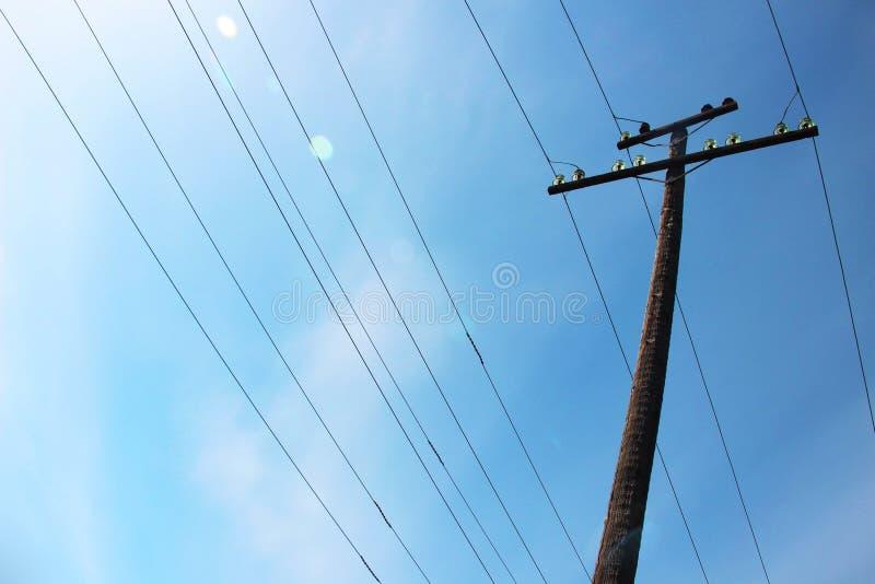 Cielos azules y líneas eléctricas fotos de archivo libres de regalías