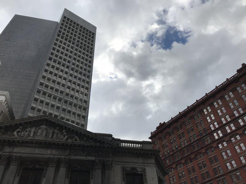 Cielos azules y nubes sobre Cleveland céntrica fotos de archivo