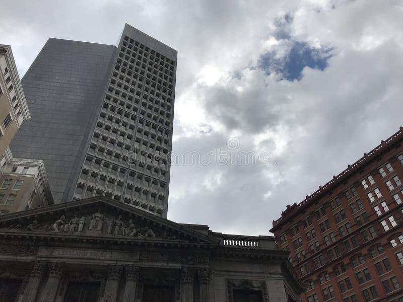 Cielos azules y nubes sobre los 9 y Cleveland céntrica imagenes de archivo