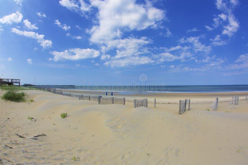 Cielos azules y Sandy Beach imagen de archivo
