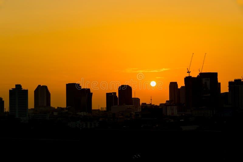 cielos de la salida del sol en ciudad fotografía de archivo libre de regalías