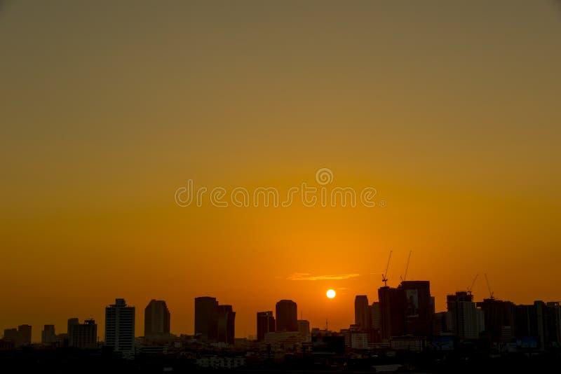 cielos de la salida del sol en ciudad imagen de archivo
