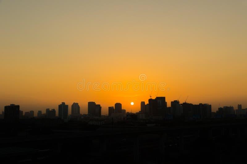 cielos de la salida del sol en ciudad foto de archivo libre de regalías