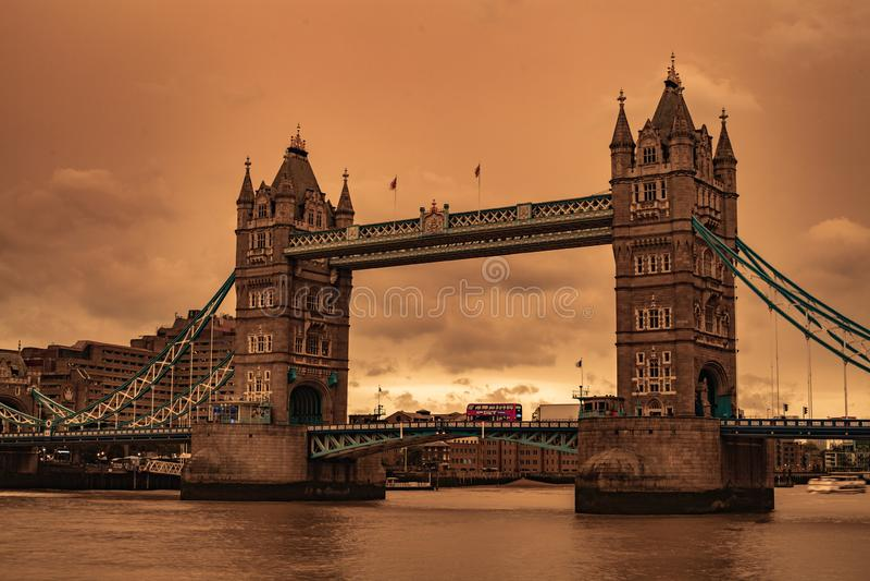 Cielos de la tempestad de arena del puente de Londres imágenes de archivo libres de regalías