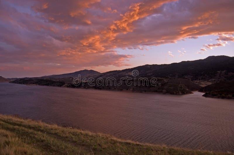 Cielos dramáticos sobre el lago Horsetooth fotografía de archivo libre de regalías