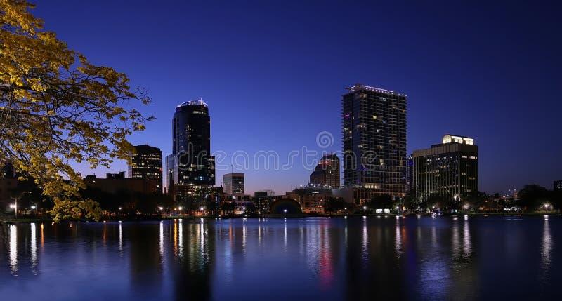 Cielos imponentes y horizonte en el lago Eola en Orlando, la Florida, los E.E.U.U. foto de archivo