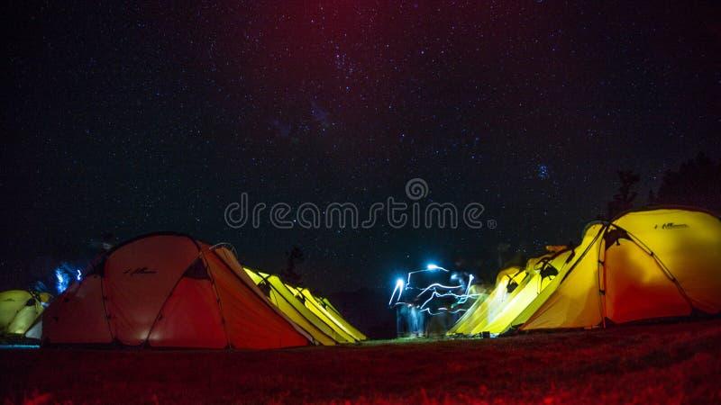 Cielos nocturnos en Kedarkantha en octubre foto de archivo