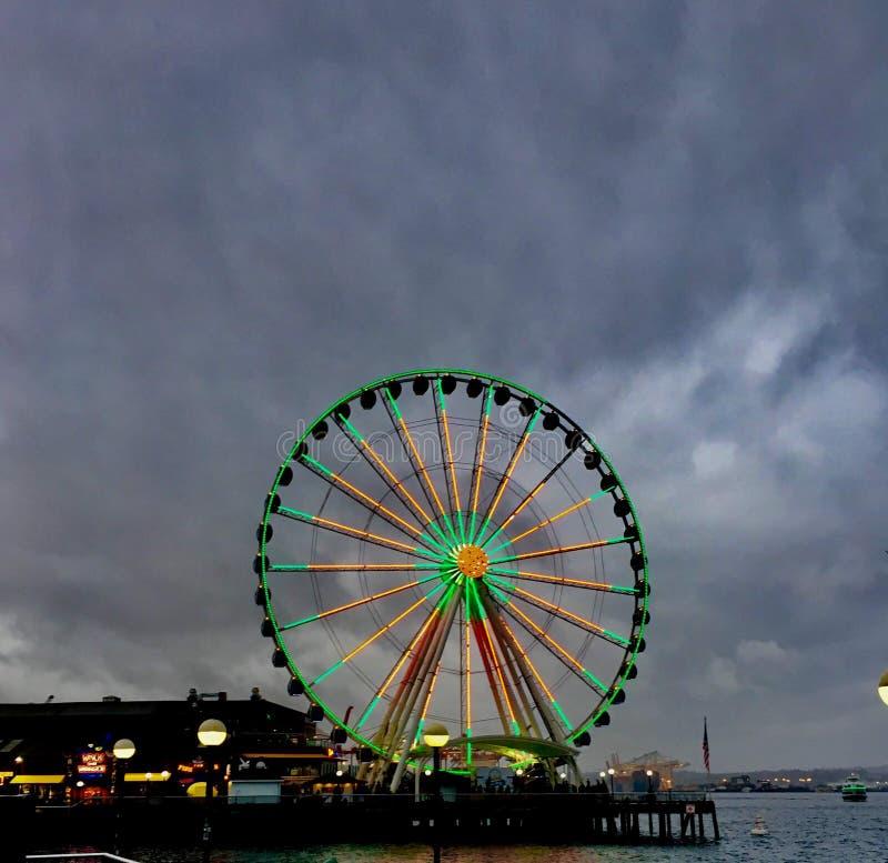 Cielos nublados Ferris Wheel Seattle foto de archivo