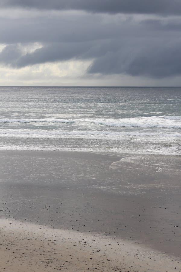Cielos que amenazan en la playa imagen de archivo