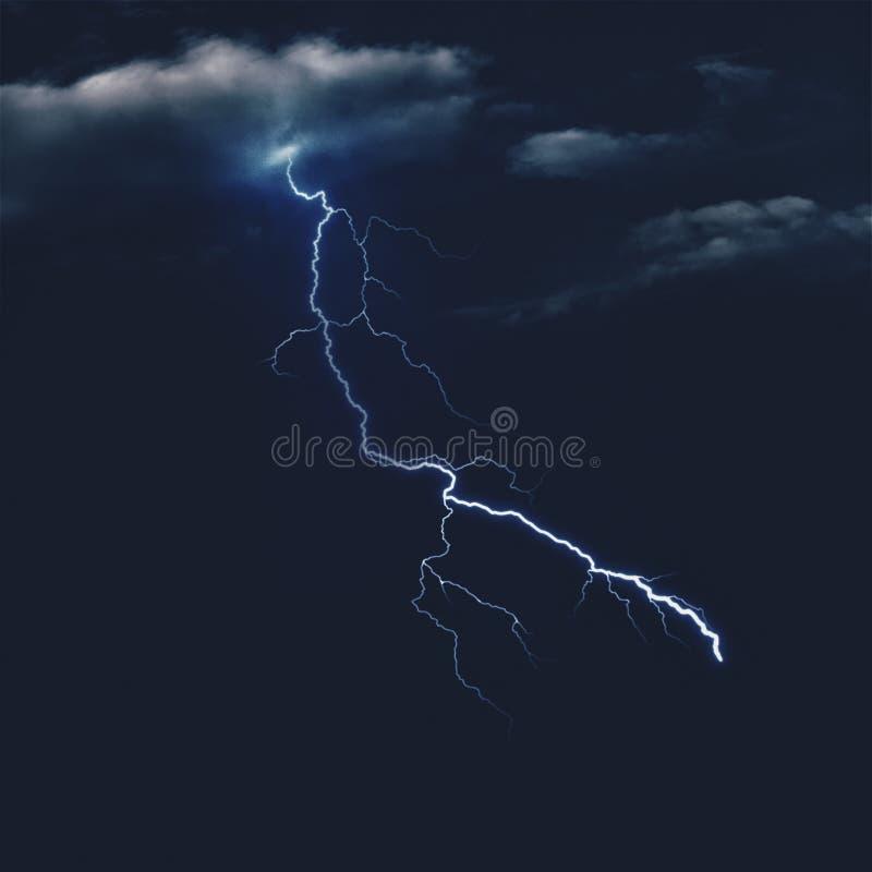 Cielos tempestuosos en la noche imagenes de archivo