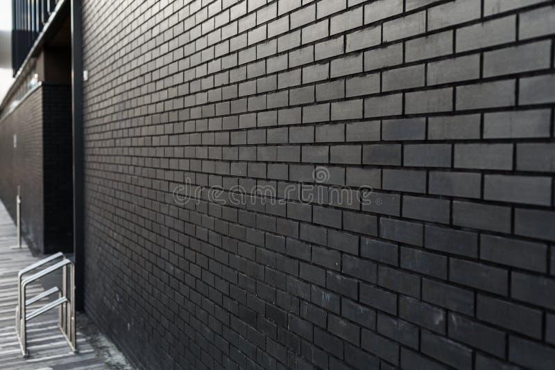 Ciemna ściana z cegły z niewyraźnym tłem miejsce na kopiowanie fotografia stock