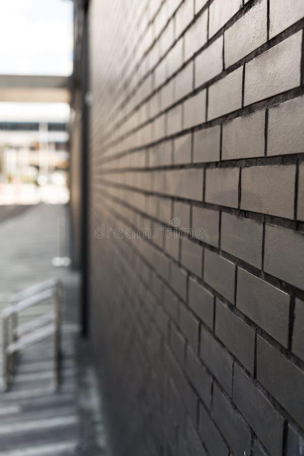 Ciemna ściana z cegły z niewyraźnym tłem miejsce na kopiowanie obraz royalty free