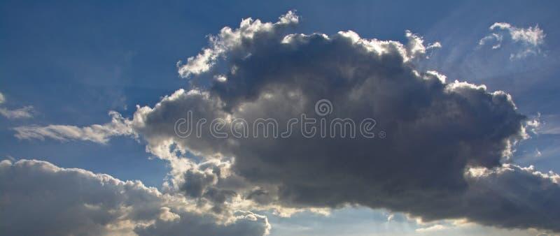 Ciemna cumulus chmura z rimlight od słońca obraz royalty free