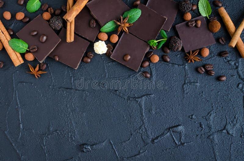 Ciemna czekolada z kawowymi fasolami zdjęcia royalty free