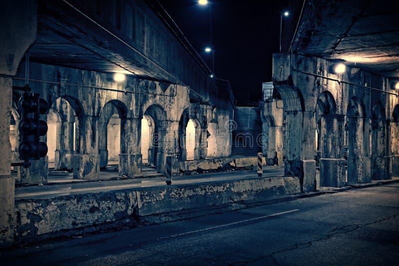 Ciemna i krupiasta Chicagowska miastowa miasto ulica przy nocą Zbutwiały tra fotografia stock