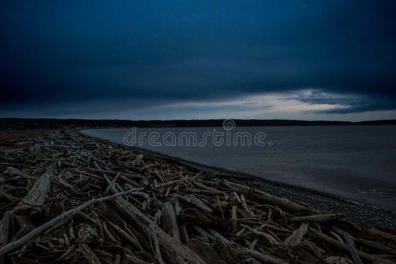 Ciemna i Zimna Keystone plaża na zima zmierzchu Na Whidbey wyspie, Waszyngton, Stany Zjednoczone obraz stock
