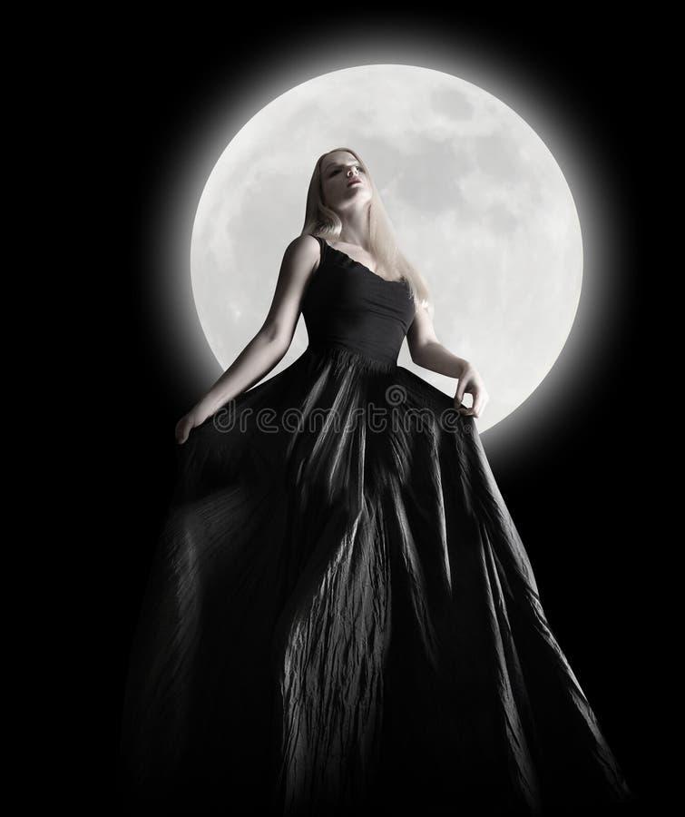 Ciemna nocy księżyc dziewczyna z czerni suknią obrazy stock