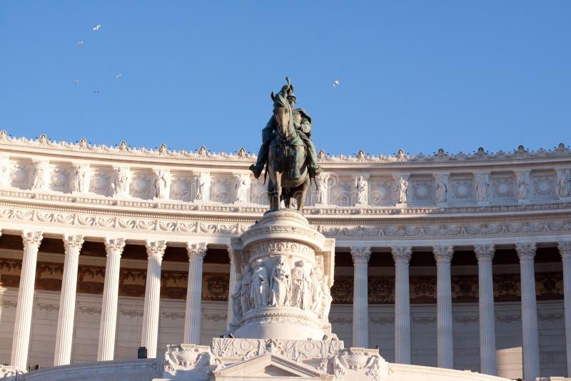 Ciemna statua i biały budynek obraz stock