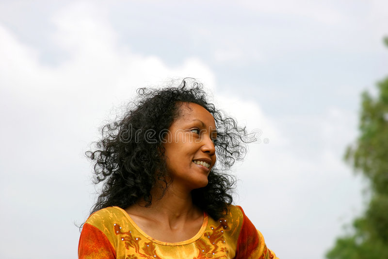 ciemna uśmiechnięta piękna kobieta fotografia royalty free