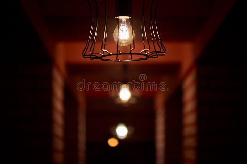 Ciemnawe ?ar?wki w ciemnym korytarzu zdjęcia royalty free