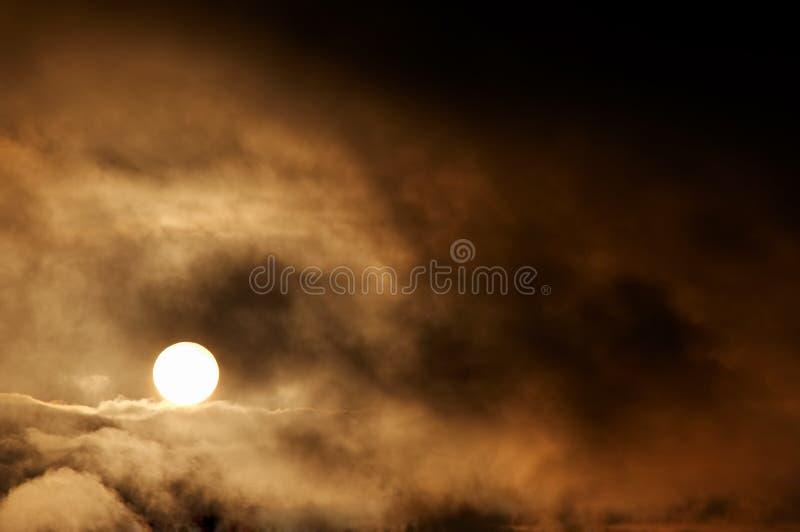 Ciemne burz chmury i położenia słońce obraz stock