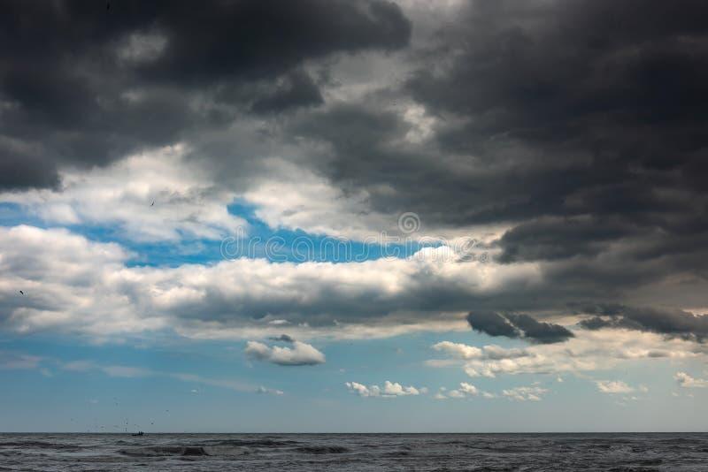 Ciemne burz chmury na niebie obraz stock