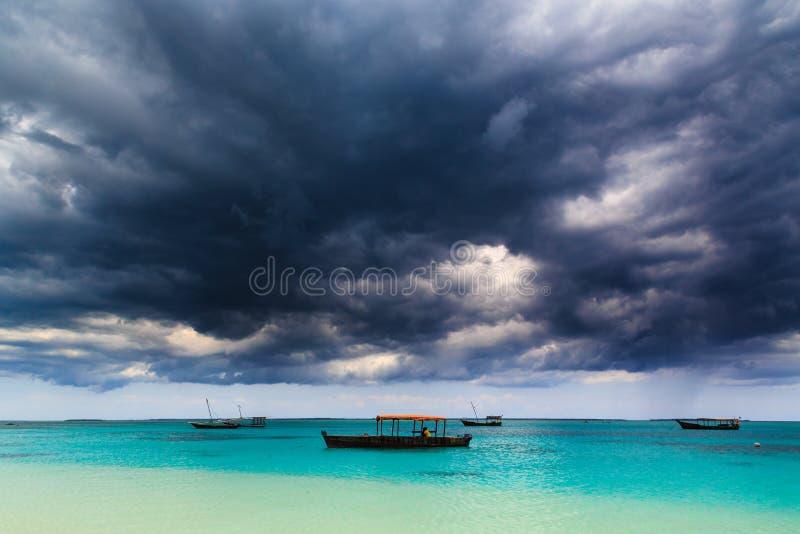 Ciemne burz chmury nad tropikalna plaża obraz royalty free