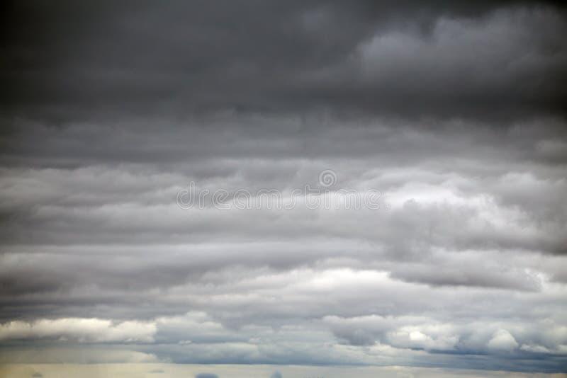 Ciemne chmury robią niebu w czerni Deszcz przychodzi wkrótce Wzór chmury no może przepowiadać to jest tornada, Huragan fotografia stock
