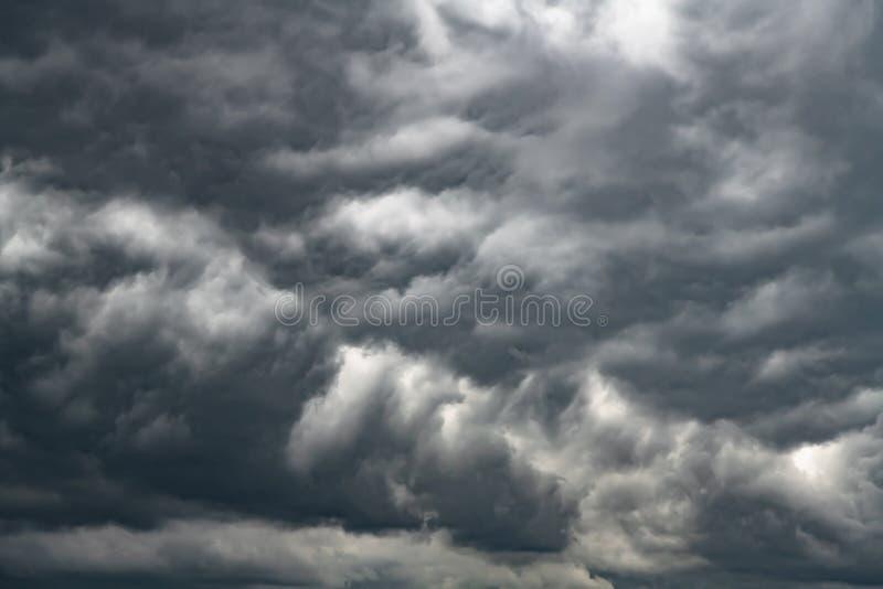 Ciemne cumulonimbus chmury przynosi deszcz zdjęcie stock