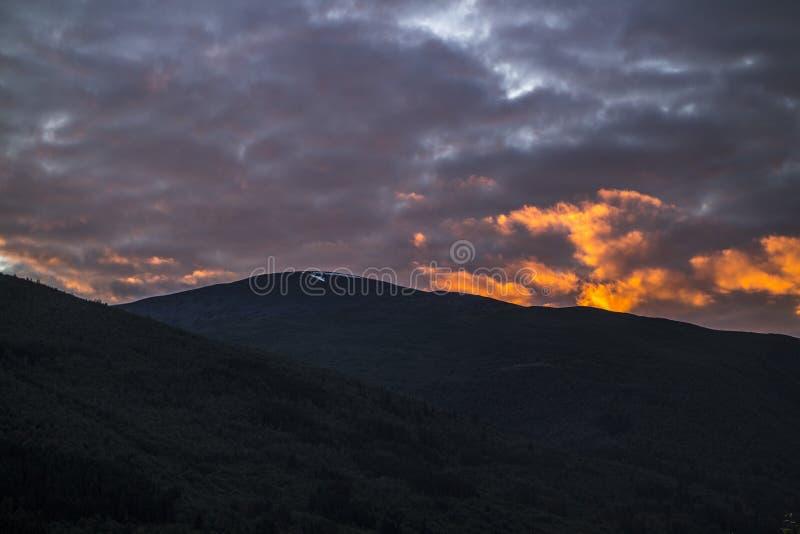 Ciemne góry w wieczór obraz royalty free