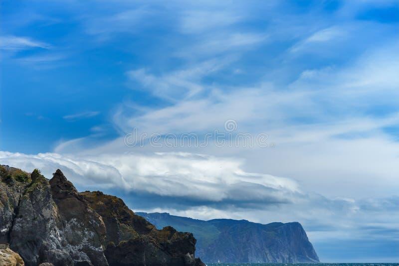 Ciemne niebo z górami w tle zdjęcia stock