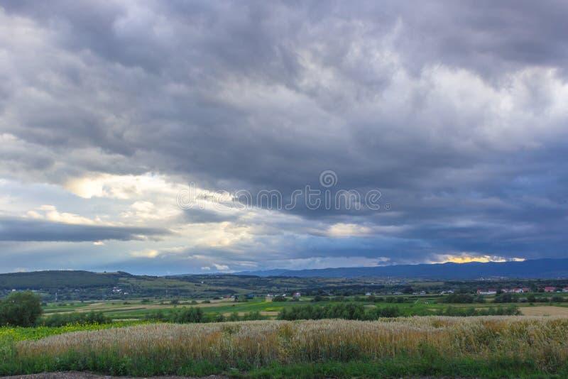 Ciemne podeszczowe chmury w niebie obraz stock