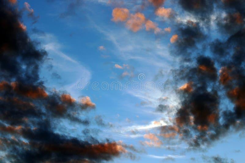 Ciemne podeszczowe chmury w wieczór niebie obraz royalty free